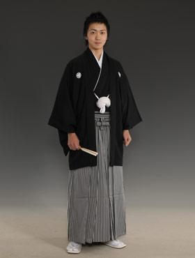 Novio tradicional japonés llevando un montsuki con una hakama (Fuente: http://www.watabe-wedding.co.jp/trend/kyoto/kamon.jpg)
